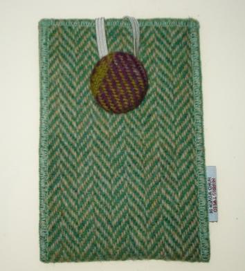http://www.tweedvixen.co.uk/harris-tweed-phone-pouches---aye-phonesporran-technology-59-c.asp